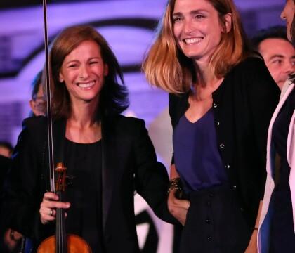 """Julie Gayet rayonnante et Anne Gravoin: Au top pour des """"Noces"""" spectaculaires"""
