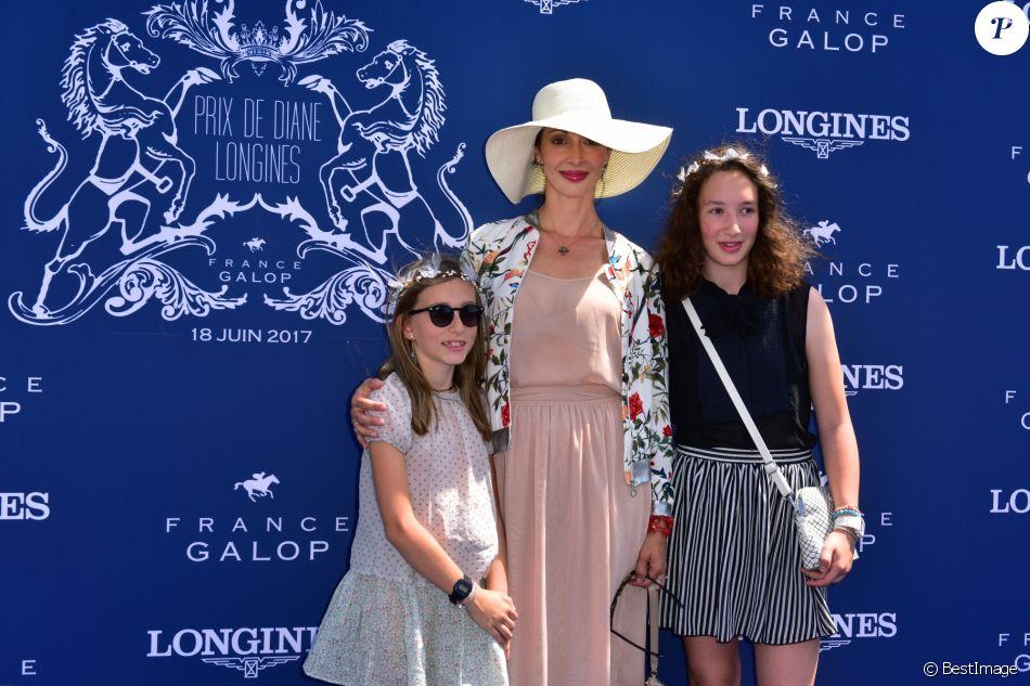 G raldine maillet et ses filles 168e prix de diane longines l 39 hippodrome de chantilly - Charlotte de turckheim et ses filles ...
