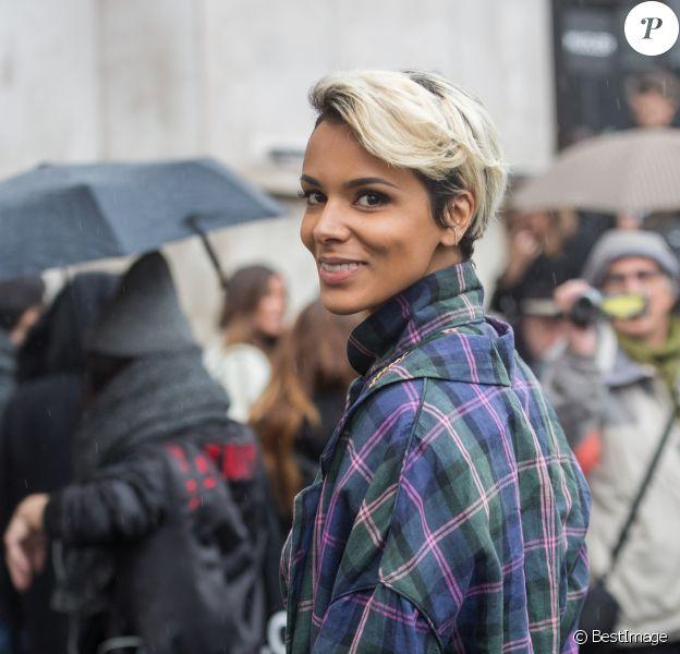 """La chanteuse Shy'm quitte le défilé de mode """"Véronique Leroy"""", collection prêt-à-porter Automne-Hiver 2017-2018 au palais de Tokyo à Paris le 4 mars 2017."""