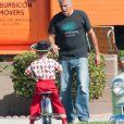 """George Clooney sur le tournage de son prochain film Suburbicon à Los Angeles le 13 octobre 2016. Il porte un t-shirt à l'effigie de sa marque de Téquila """"Casamigos"""""""