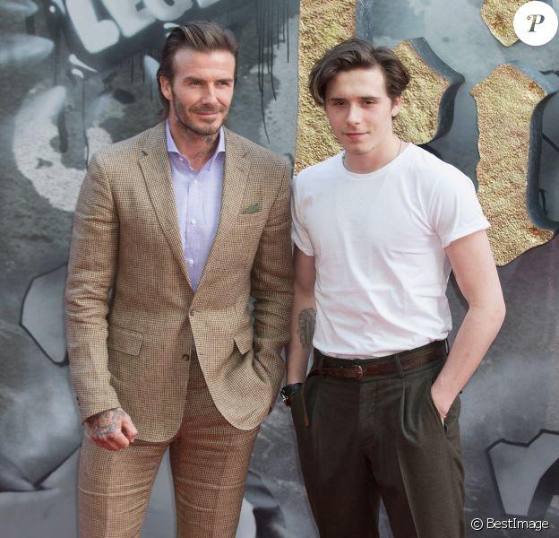 """David Beckham et son fils Brooklyn à la première de """"King Arthur - Legend Of The Sword"""" au Cineworld Empire à Londres, le 10 mai 2017."""