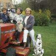 En France, chez lui, dans sa maison d'Orgeval, Claude Rich avec sa fille Dephine et sa femme Catherine le 20 mai 1986.