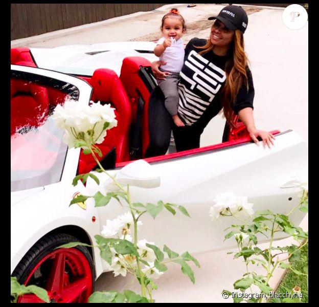 Blac Chyna pose avec sa nouvelle Ferrari et sa fille Dream - Photo publiée sur Instagram, le 24 juillet 2017