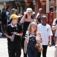 Angelina Jolie passe la journée à Disneyland pour fêter l'anniversaire des jumeaux Knox et Vivienne (9 ans) à Anaheim. La jeune Zahara les accompagne. Le 12 juillet 2017