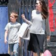 Exclusif - Angelina Jolie fait du shopping avec son fils Knox Leon Jolie-Pitt à Los Angeles. Angelina semble ne pas porter de soutien gorge…. le 7 juillet 2017