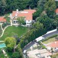 Exclusif - Des camions de déménagement arrivent dans la nouvelle propriété de Angelina Jolie qu'elle vient d'acquérir pour 25 millions de dollars à Los Feliz le 18 mai 2017
