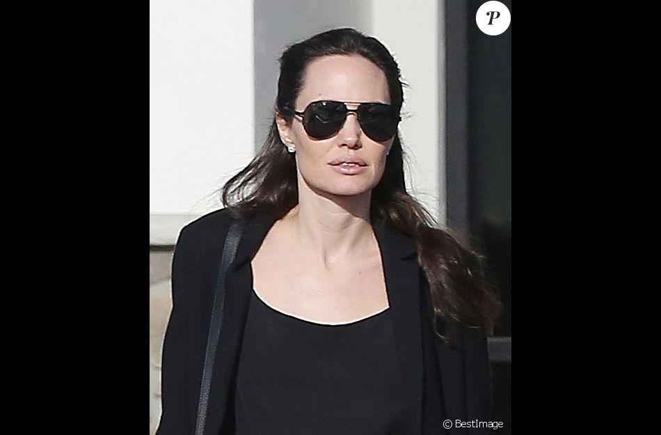 Exclusif - Angelina Jolie et sa fille Shiloh, escortées par un garde du corps, vont faire des courses au supermarché puis passent acheter une guitare pour Shiloh chez Guitar Center. Los Angeles, le 24 avril 2017.