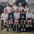 Kate Middleton (assise, au centre), ancienne photo de classe de ses années à St Andrews (1985-1995).