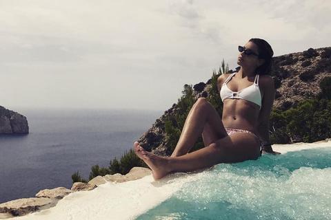 Tal : Canon en bikini, la chanteuse se repose en vacances