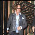 Mickey rourke quitte la soirée des Pré-Bafta, au Aspreys, à Londres, le 7 février 2009... seul ! Mais où est-donc est passée la jolie Sharon Stone ? Peut-être s'est-elle enfin aperçue qu'il portait des pantoufles-chaussures ? Quel look, Mickey !<br