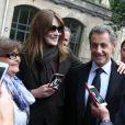 L'ancien président Nicolas Sarkozy et sa femme Carla Bruni-Sarkozy votent pour le second tour des élections présidentielles au lycée La Fontaine à Paris le 7 mai 2017.