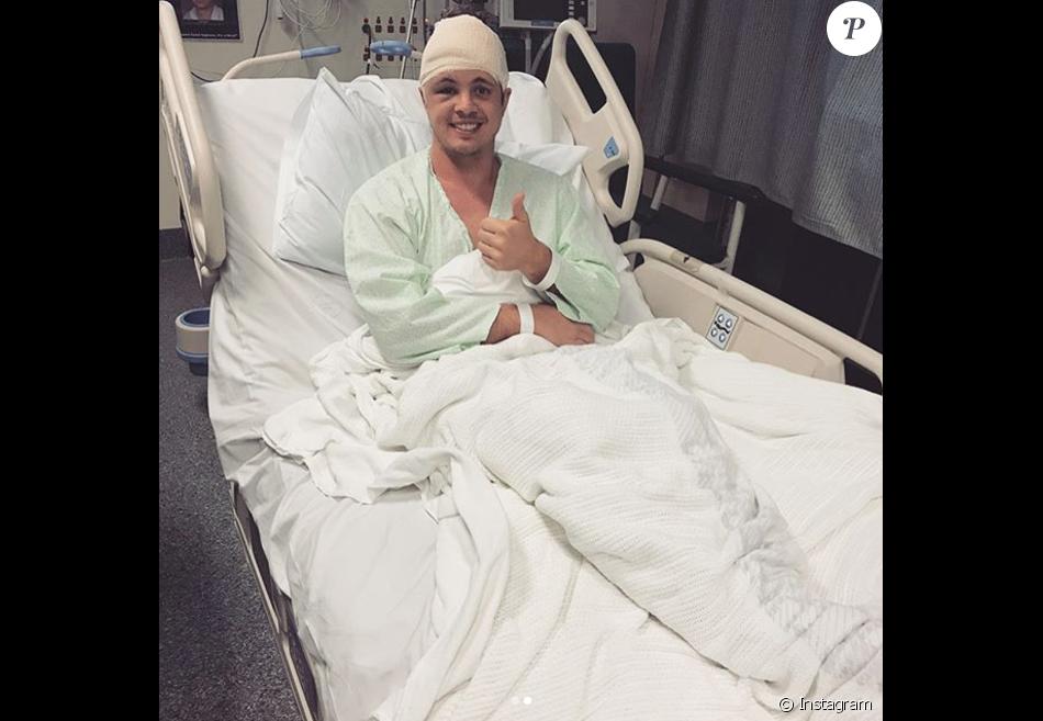 Johnny Ruffo sur son lit d'hôpital après avoir été opéré en urgence pour l'ablation d'une tumeur au cerveau, photo Instagram 10 août 2017.