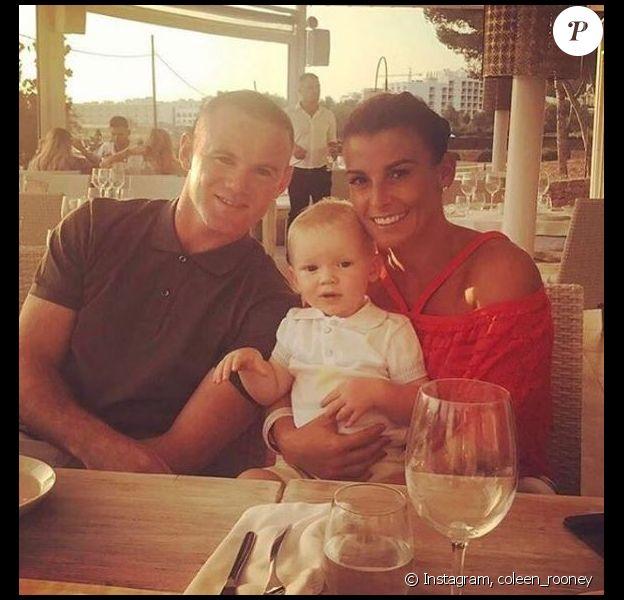 Wayne et Coleen Rooney posent avec leur fils Kit à l'occasion de vacances à Ibiza. Instagram, juin 2017.