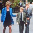 Lady Di avec les princes William et Harry à la sortie de l'Eton College en novembre 1995.