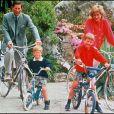 Le prince Charles et la princesse Diana à vélo avec les princes William et Harry lors de vacances dans les Iles Scilly en juin 1989.