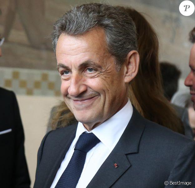 L'ancien président Nicolas Sarkozy et sa femme Carla Bruni-Sarkozy votent pour le premier tour des élections présidentielles au lycée La Fontaine à Paris le 23 avril 2017.