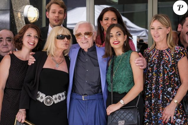 Souvent Charles Aznavour : Honoré et ému en compagnie de sa petite-fille  CJ27