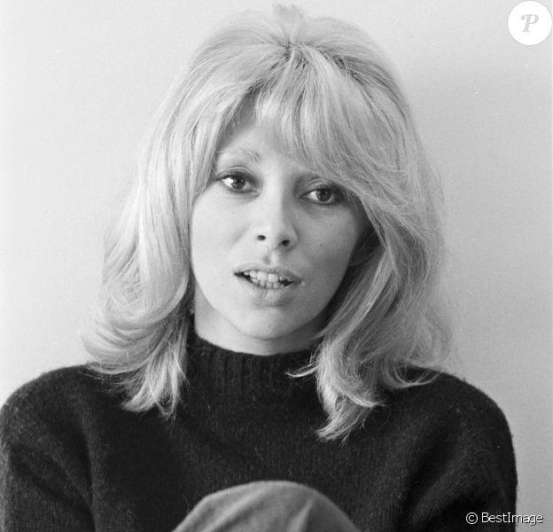 En France, à Paris, Mireille Darc chez elle dans son salon le 9 février 1970.