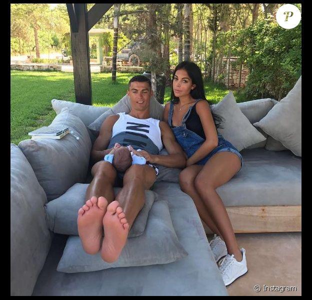 Cristiano Ronaldo pose avec sa compagne Georgina (que l'on dit enceinte) et l'un de ses juleaux sur Instagram le 10 juillet 2017.