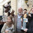 """Exclusif - Jean-Paul belmondo et sa fille Stella - L'acteur Jean-Paul Belmondo à fêté son anniversaire (83 ans) avec ses fans dans la cour de son immeuble de la rue des Saint-Père à Paris (comme tous les ans ses fans viennent lui offrir un cadeau à son domicile). Étaient présents sa fille Stella, son ex-femme Natty, son ami cascadeur Rémy Julienne. Il a eu le droit à un magnifique gâteau créé pour cette occasion par le pâtissier-chocolatier Eric Thévenot qui à choisi le thème d'un des film de Jean-Paul """"L'As des As"""". © Sébastien Valiela / Bestimage"""