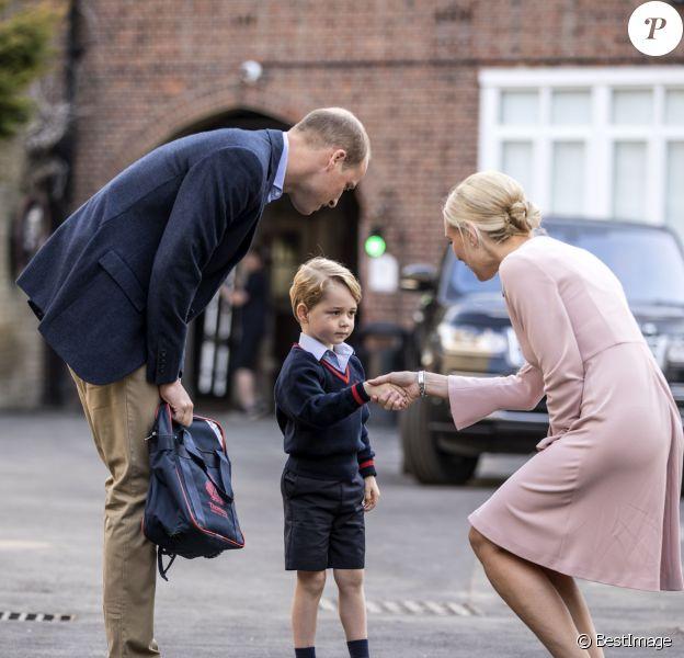 Le prince George de Cambridge, ici accueilli par la directrice Helen Haslem, a fait sa première rentrée des classes à l'école Thomas's Battersea le 7 septembre 2017 à Londres, escorté par son père le prince William. Sa mère Kate Middleton n'était pas en état de l'accompagner, souffrant des symptômes du début de sa troisième grossesse révélée quelques jours plus tôt.