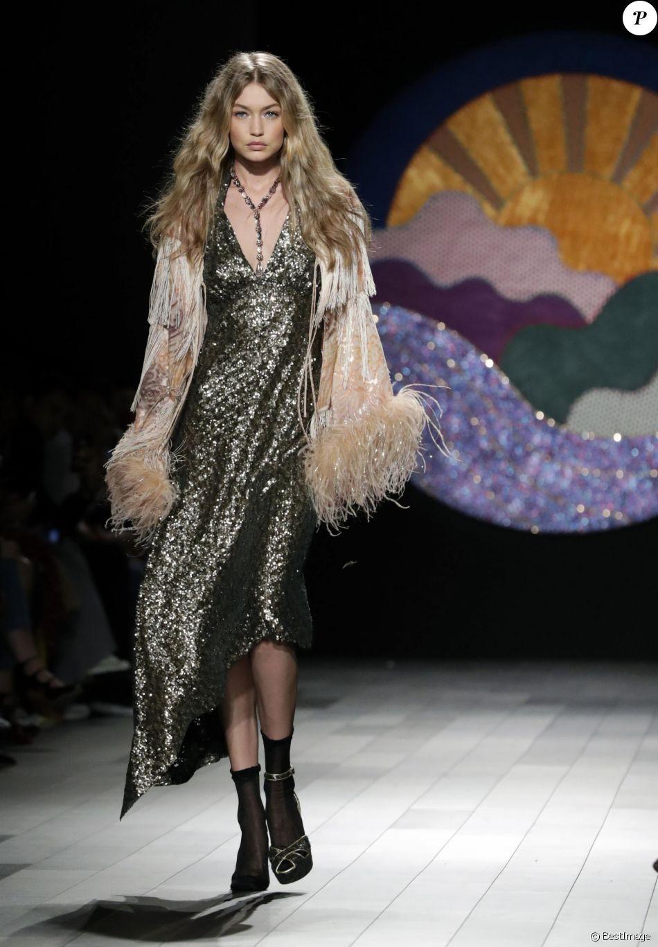 Gigi Hadid défilant pour Anna Sui lors de la Fashion Week à New York, le 11 septembre 2017. Lors de son entrée sur le catwalk, le mannequin de 22 ans a soudainement perdu sa chaussure droite mais a poursuivi le show comme si de rien n'était sur la pointe du pied.