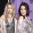 Gigi et Bella Hadid dans les backstage du défilé Anna Sui lors de la Fashion Week à New York, le 11 septembre 2017