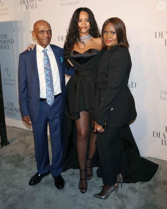 """Rihanna entre son grand-père Lionel Brathwaite et sa mère Monica Fenty - Soirée de la 3ème édition du """"Diamond Ball """" en faveur de l'association de Rihanna """"Clara Lionel Foundation"""" au Cipriani Wall Street à New York, le 14 septembre 2017."""