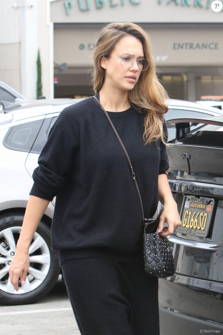Jessica Alba enceinte est allée déjeuner avec ses filles à Beverly Hills, le 17 septembre 2017