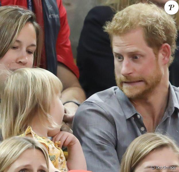 Le prince Harry s'amuse avec Emily (2 ans), fille du sportif handisport David Henson et de son épouse Hayley, dans les tribunes de l'épreuve de Volley Ball lors des Invictus Games 2017 à Toronto. Le 27 septembre 2017