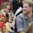 Le prince Harry s'amuse avec Emily (2 ans),fille du sportif handisport David Henson et de son épouseHayley, dans les tribunes de l'épreuve de Volley Ball lors des Invictus Games 2017 à Toronto. Le 27 septembre 2017