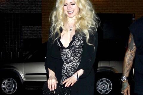 Avril Lavigne fête son anniversaire dans une courte robe transparente