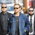 Ryan Gosling quitte les studios de l'émission 'Jimmy Kimmel Live!' à Hollywood. Il porte un pantalon bleu marine, des chaussures en cuir marron et un veste en jean, le 3 octobre 2017.