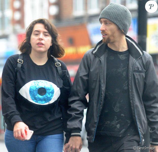 Exclusif - Isabella Cruise, la fille adoptive de Tom Cruise et Nicole Kidman, se promène dans les rues de Croydon avec son mari Max Parker, le 18 septembre 2017