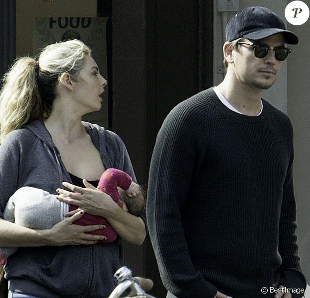 Exclusif - Josh Hartnett, sa compagne Tamsin Egerton et leur bébé se promènent dans les rues de Londres. Le 26 septembre 2017