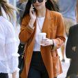 Dakota Johnson (veste orange) se promène avec une amie dans les rues de New York le 29 septembre 2017