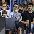 Gerard Piqué seul avec ses enfants Milan et Sacha assistent au match de Basket Barcelone contre Panathinaikos à Barcelone le 13 octobre 2017.