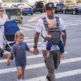 Carey Hart rejoint son hôtel avec ses enfants Willow et Jameson à New York, le 10 octobre 2017.
