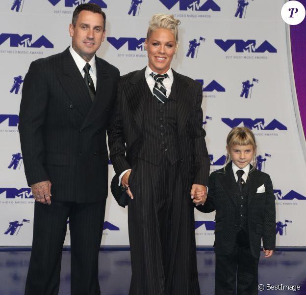 Pink avec son mari Carey Hart et sa fille Willow Sage Hart à la soirée MTV Video Music Awards 2017 au Forum à Inglewood, le 27 août 2017.