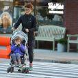 Peter Dinklage et sa femme Erica Schmidt accompagnent leur fille Zelig à l'école à New York, le 16 décembre 2015.