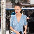 Selena Gomez, dans une petite robe bleue printanière, arrive à un rendez-vous à New York le 18 octobre 2017.