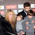 """Shakira, son compagnon Gerard Piqué et ses fils Milan et Sasha - Gerard Piqué reçoit un prix lors de la 5ème édition du """"Catalan football stars"""" à Barcelone, le 28 novembre 2016."""