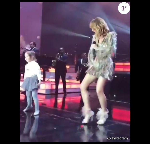 Céline Dion fait monter une petite fille sur scène à Las Vegas, le 18 novembre 2017
