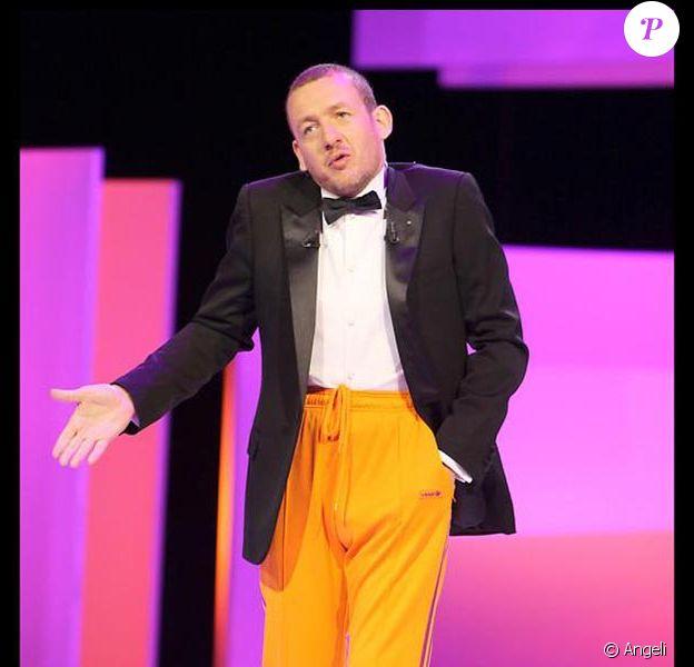 Et Dany Boon arriva en veste de smoking, pantalon de jogging orange et chaussons blancs...