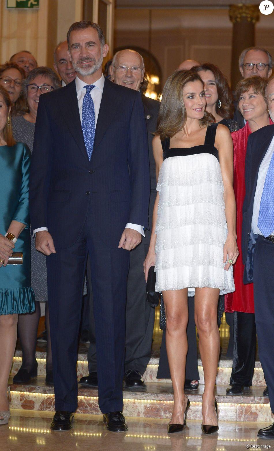 La reine Letizia (portant une robe Teresa Helbig) et le roi Felipe VI d'Espagne lors de la remise du Prix Francisco Cerecedo de journalisme à l'hôtel Le Ritz à Madrid, le 22 novembre 2017.