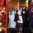 Julio Mario Santo Domingo, frère de Tatiana Santo Domingo, et la journaliste argentine Nieves Zuberbühler sortant de l'église après leur mariage religieux sur le thème d'Halloween le 29 octobre 2016 en l'église de la Visitation de la bienheureuse Vierge Marie à Brooklyn, New York.