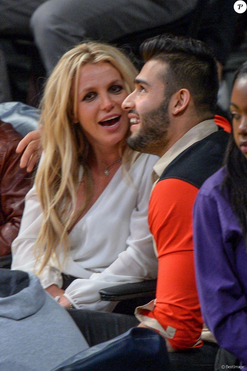 Britney Spears avec ses deux enfants Sean et Jayden, et son compagnon Sam Asghari assistent à un match de basket à Los Angeles le 29 novembre 2017.