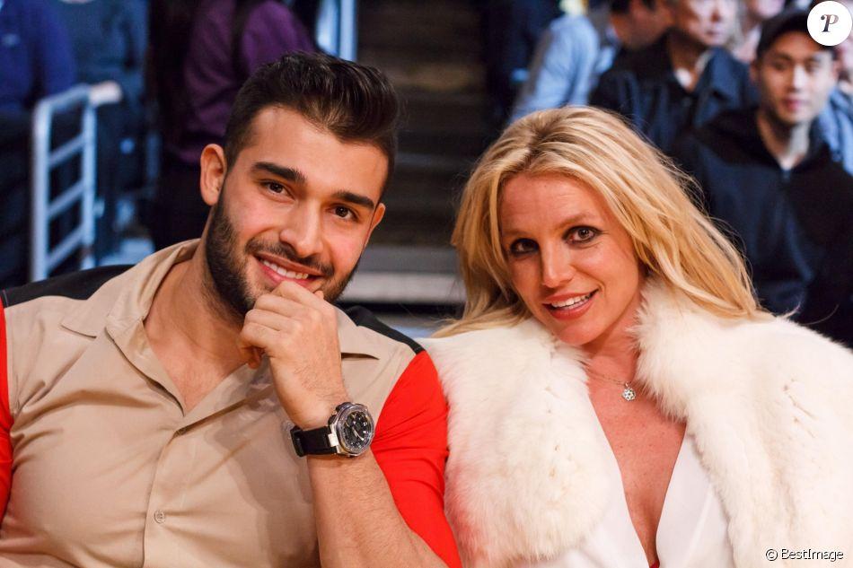 """Britney Spears et son compagnon Sam Asghari lors du match de NBA """"Lakers - Warriors"""" au Staples Center à Los Angeles, le 29 novembre 2017."""