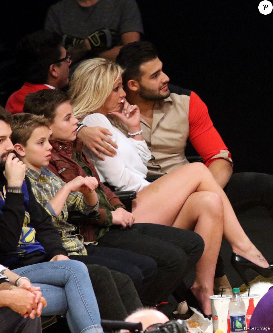 Britney Spears et son compagnon Sam Asghari sont allés assister à un match des Lakers à Los Angeles. Les enfants de Britney, Sean Federline et Jayden James Federline sont de la partie! Le 29 novembre 2017