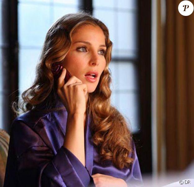"""Elsa Pataky décroche le téléphone... elle n'a pas du voir """"Scream"""" ?!!! La belle Espagnole, dans une scène de """"Giallo"""", de Dario Argento !"""